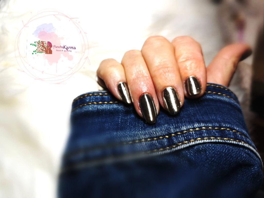 Beauté du vernis à ongles sur mains.