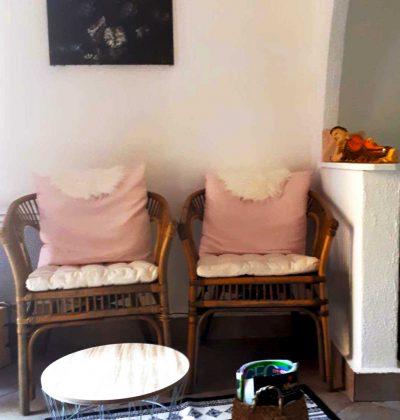 Salle d'attente. Chaise en bambou.