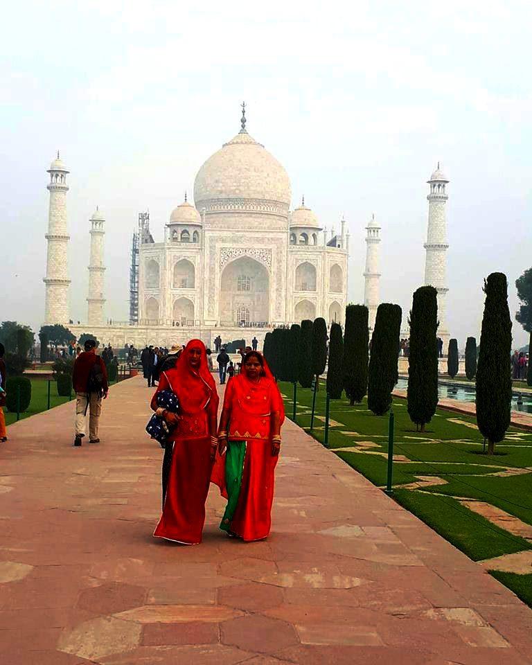 Le taj-Mahal et sont allés avec 2 femmes habillées en Sari rouge.
