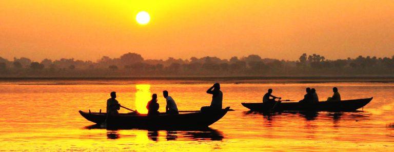 Contact Un coucher de soleil sur le Gange avec des bateaux indiens.